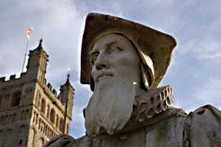 Статуя Ричарда Хукера перед Собором в Эксетере