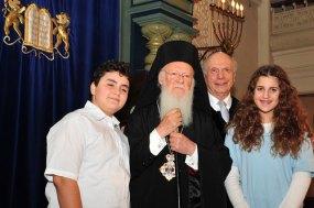 Варфоломей I, раввин Шнайер и ученики еврейской школы при синагоге