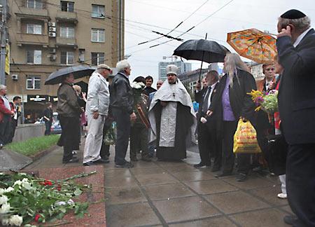 "Август 2011 г. Панихида по ""героям"" Белого Дома"