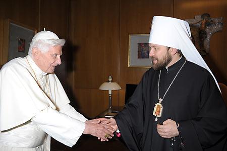 Приветствие или прощание? Бенедикт XVI и митр. Иларион (Алфеев)