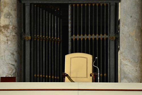 Сегодня в Риме проходит последняя аудиенция папы Римского Бенедикта XVI. Пустующее кресло папы на балконе его резиденции