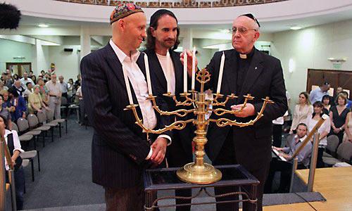 Кардинал Бергольо (ныне папа Франциск) в синагоге Буэнос-Айреса в 2012 г.