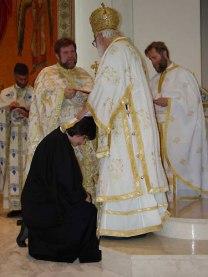 Пострижение Евы Тиббс в чтеца совершает митр. Антоний Сан-Францисский (Константинопольский патриархат) 8 июня 2003 г. Ева Тиббс- декан Колледжа св. Екатерины в Калифорнии
