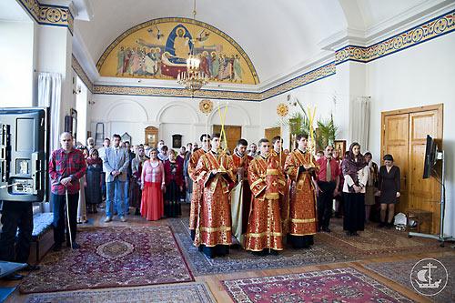 Ректор СПбДА еп. Петергофский Амвросий служит миссионерскую литургию с мультимедийным сопровождением. 16 мая 2013 г.