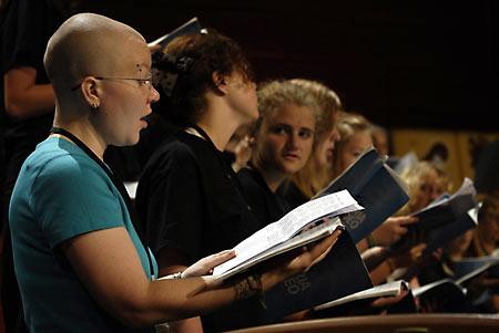 """В либеральном хоре слышны и """"православные"""" голоса. Регент-лесбиянка Jooa Sotejeff-Wilson из Финской православной церкви (на первом плане)."""