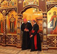 Католические иерархи в алтаре православной церкви в Минске. 13 мая 2011 г.