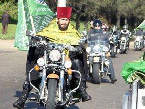 """О. Марк Косолапов, настоятель Александро-Невского храма г. Иркутска: """"Это мотоцикл типа «чоппер»... В облачении на нём лучше всего смотрюсь. В общем, самая что ни на есть священническая техника""""."""