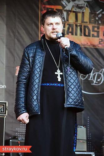 Священник Иоанн Федоринов проповедует с рок-сцены в Сокольниках. 19 октября 2013 г.