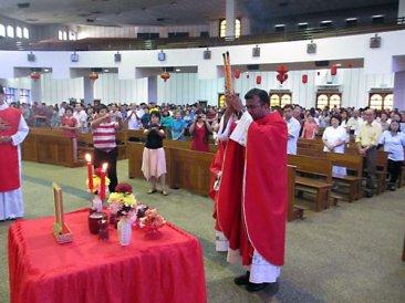 Католический свяшенник совершает обряд поклонения предкам. Китайский новый год, Малайзия, 23 января 2012 г.