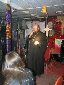 О. Сергий (Рыбко) в рок-клубе, созданном им при храме.