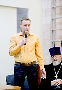 Священник Михаил Бугров (в желтой рубашке).