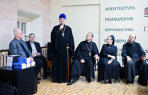 Семинар в честь 12 шагов. С микрофоном о. Петр Коломейцев.