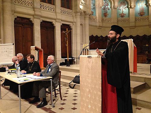 Отец Иов (Геча) выступает перед собранием Архиепископии.