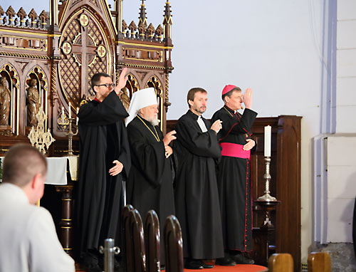 Станкевич, Ванагс и митр. Александр преподают общее благословение молящимся в Домском соборе.