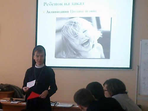 Католичка Надежда Левченко выступает перед хабаровскими православными семинаристами.