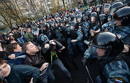 Бирюлево-2013. ОМОН идеологически воспитывает русских «погромщиков».
