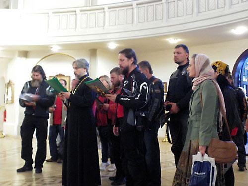 Ростислав Якубовский (в куртке на переднем плане) молится с байкерами.