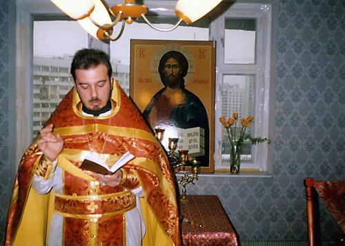"""Стефано Каприо совершает первое богослужение в """"часовне"""" святителя Филиппа, т.е. на квартире. Москва, 22 января 1996 г."""