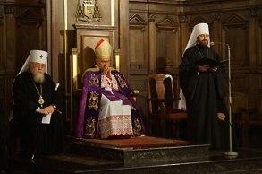 Митр. Иларион оглашает итоговое заявление россиско-польской конференции на католическо-православной вечерне. 30 ноября 2013 года.