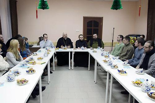 В президиуме: еп. Серафим (Нещерет), о. Савва (Мажуко), о. Амвросий (Шевцов) и Александр Слесарев.