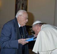 Папа целует руку защитнику содомитов. 6 мая 2014 г.