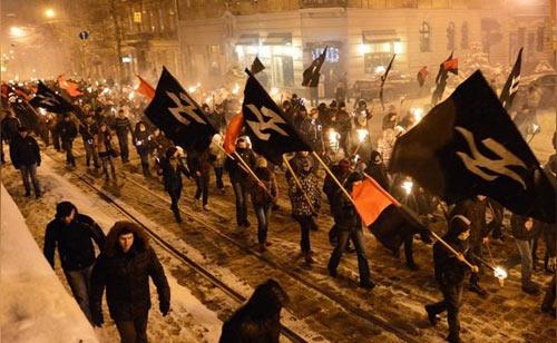 """Маршируют """"сторонники христианских ценностей""""."""