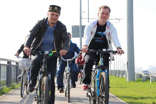 Артем Гаранин во главе велопробега (справа).