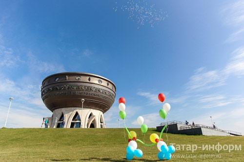 """Велокросс конфессий завершился у стен устрашающего казанского новодела: Центра семьи """"Казан""""."""