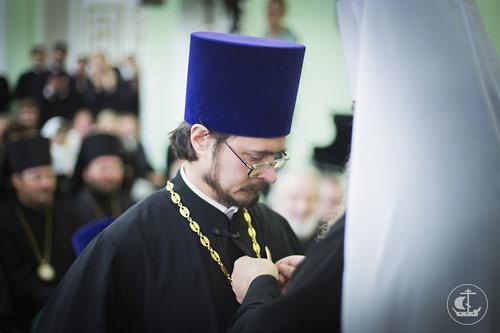 Отец Владимир Хулап получает награду.