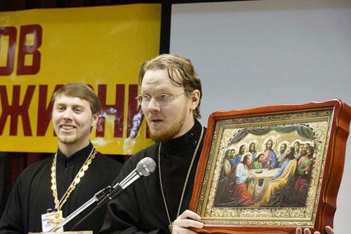 Отец Роман Воскресенских с иконой.