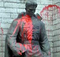 Бронзовый солдат в Таллине, оскверненный нацистами.