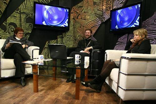 """Елена Рыдалевская (слева) и о. Глеб Грозовский на телеканале """"Вот!"""". 2009 год."""