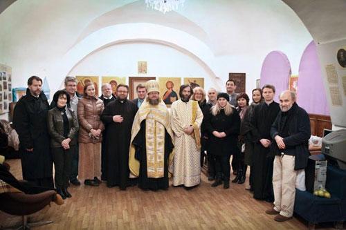 О. Зосима (Шевчук) и отступник от Православия католик Сергей Зуев (слева) с участниками Чтений.