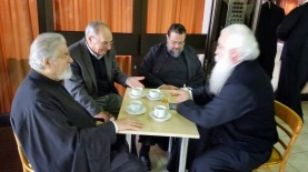 Митр. Иеремия, Власий Фидас, митр. Хризостом Мессинийский, митр. Игнатий Димитриадский (слева направо).