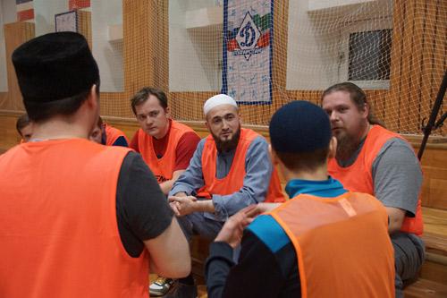 """Отец Алексий Чубаков: """"Футбол очень сплачивает людей, так что не исключаю, что именно на спортивной площадке мы сможем найти пути решения вопросов, которые сегодня одинаково остро стоят, как перед православными, так и перед мусульманами""""."""